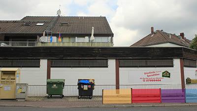 Hier wird die Abkürzung zum Nord-West-Zentrum versperrt, da dieses ein Hauptgrund für das Aussterben der Heddernheimer Innenstadt ist.